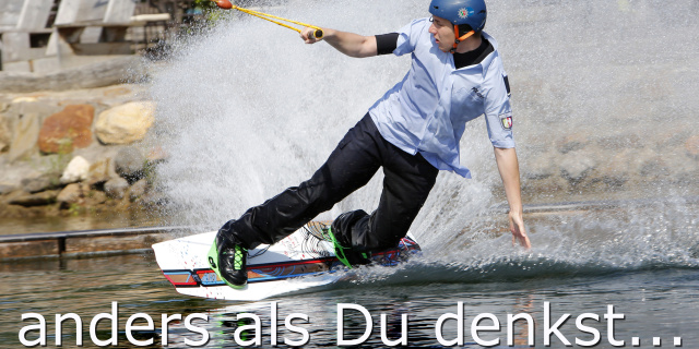 Bild zeigt Wakeboarder in Uniform